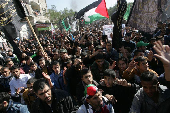 Des Palestiniens réunis pour dénoncer la décision de Donald Trump, le 8 décembre 2017, à Rafah, dans la bande de Gaza. (ABED DEEB / AFP)