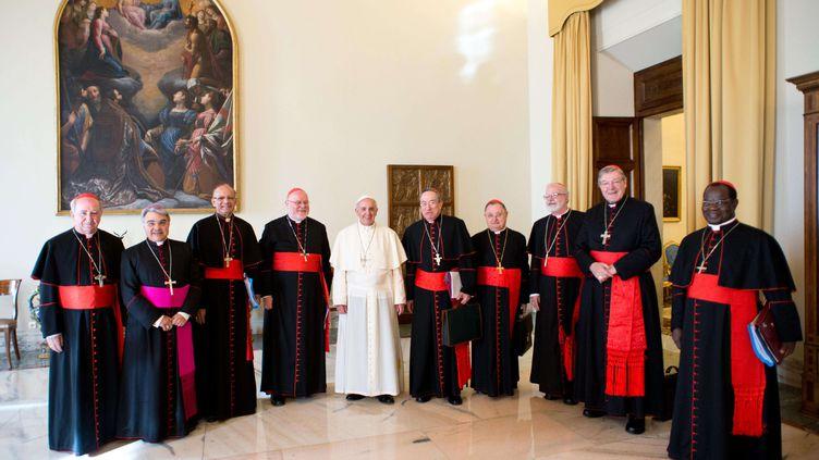 Le pape François et le groupe des cardinaux chargés de réformer la Curie romaine, au Vatican, le 1er octobre 2013. ( AP / SIPA )