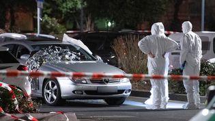 Des experts en médecine légaleenquêtent, après les attentats de Hanau (Allemagne), le 20 février 2020. (BORIS ROESSLER / DPA / AFP)