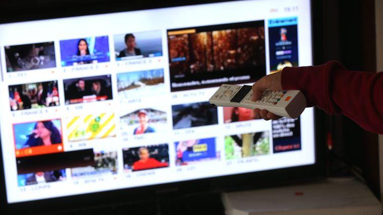Un écran de télévision diffusant la TNT. Photo d'illustration. (LIONEL VADAM / MAXPPP)