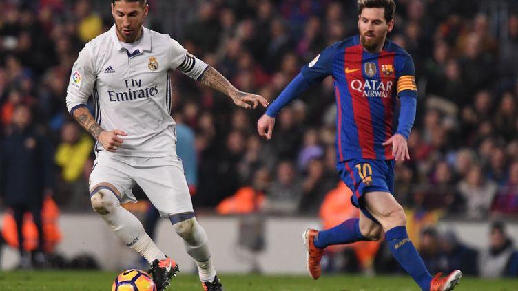 Sergio Ramos et Lionel Messi, lors d'un Clasico entre le Real Madrid et le FC Barcelone au Camp Nou, le 3 décembre 2016. (BAGU BLANCO / DPPI via AFP)