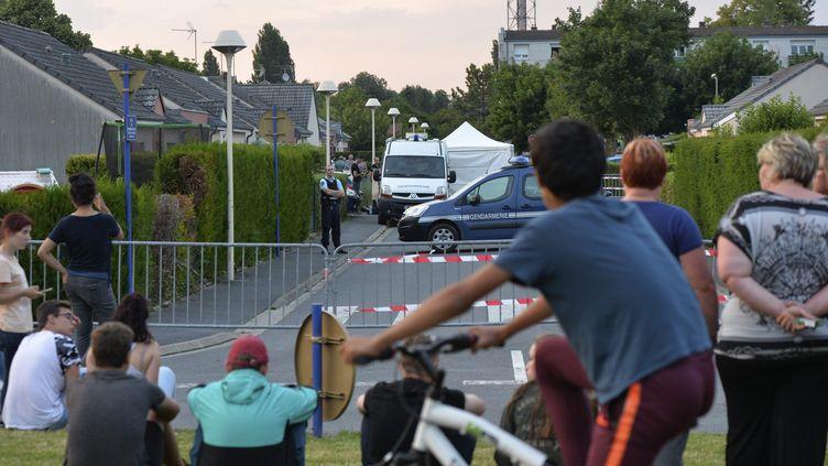 La police se trouve devant le domicile d'un suspect du meurtre deKévin àMourmelon-le-Grand (Marne), le 4 juin 2018. (MAXPPP)