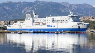 Un navire de la SNCM dans le porte de Porto Vecchio, en Corse du sud, le 11 mai 2015. (  MAXPPP)