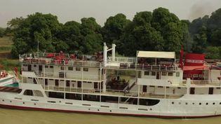 Le Bou El Mogdad est un mythique bateau de croisière qui voyage le long du fleuve Sénégal depuis 70 ans. (CAPTURE ECRAN FRANCE 2)