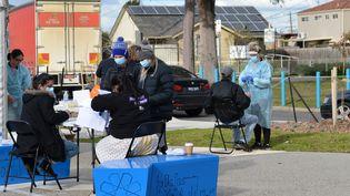 Des personnes sont testées pour le Covid-19 dans un centre extérieur de dépistage, le 2 juillet 2020 à Melbourne (Australie). (RECEP SAKAR / ANADOLU AGENCY / AFP)