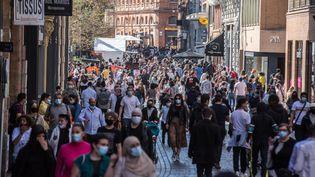 Des passants dans une rue de Toulouse, le 3 avril 2021. (FREDERIC SCHEIBER / HANS LUCAS / AFP)