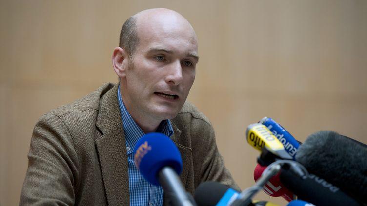 """L'ex-otage en Syrie et journaliste Nicolas Hénin donne une conférence de presse, au siège du """"Point"""", à Paris, le 6 septembre 2014. (ALAIN JOCARD / AFP)"""
