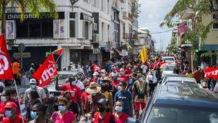 Plusieurs milliers de personnes ont manifesté notamment à Fort-de-France en Martinique, le 27 février 2021, contre la menace de prescription dans le dossier judiciaire du chlordécone. (LIONEL CHAMOISEAU / AFP)