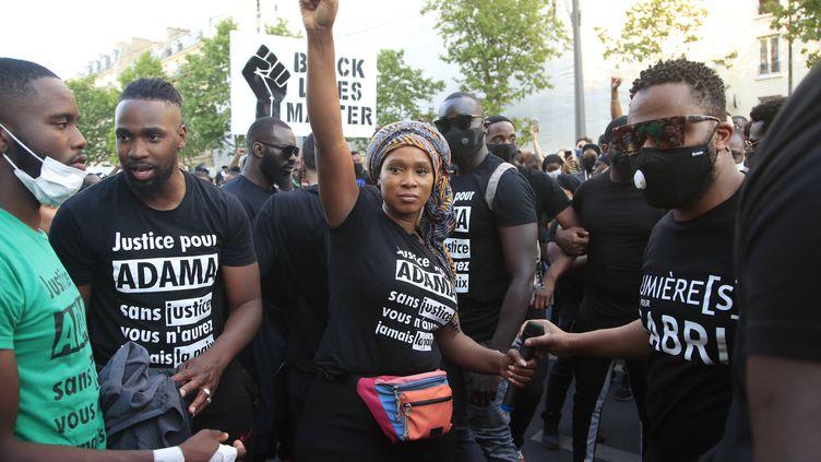 Assa Traoré, la sœur d'Adama Traoré, lors du rassemblement du 2 juin 2020 à Paris contre les violences policières et pour la réouverture de l'enquête sur le décès de son frère. (MICHEL EULER/AP/SIPA / SIPA)