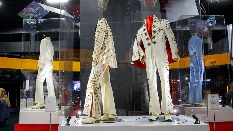 Costumes de scène d'Elvis Presley exposés à l'O2 Arena, à Londres (11 décembre 2014)  (Tolga Akmen / Anadolu Agency / AFP)