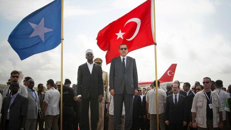 Voyage officiel de Recep Tayyip Erdogan à Mogadiscio en 2011, en présence du président somalien Sheikh Ahmed. La Turquie a implanté depuis une université, un hôpital et une base militaire en Somalie. (STUART PRICE / AU-UN IST PHOTO / AFP)