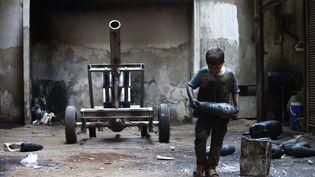 Issa, un Syrien âgé de 10 ans, travaille dans une usine d'armement appartenant à l'Arméesyriennelibre à Alep (Syrie), le 7 septembre 2013. (REUTERS)