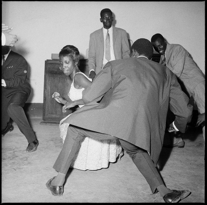 "Malick Sidibé (1935-2016, Mali), ""Danser le Twist !"", 1965  (Malick Sidibé Courtesy CAAC – The Pigozzi Collection Photo © Maurice Aeschimann)"