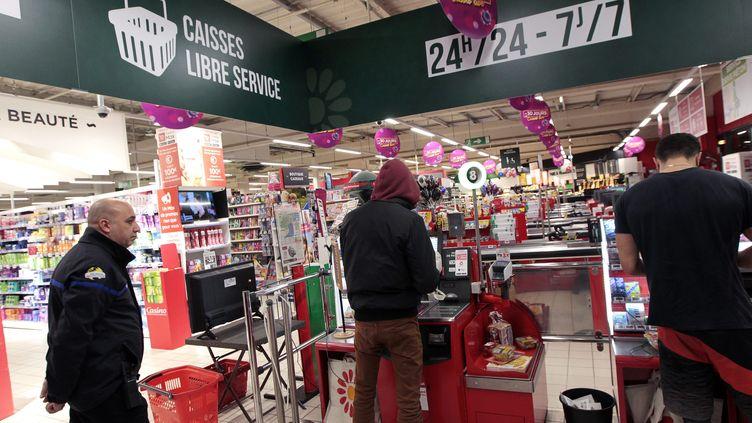 Des consommateurs utilisent des caisses en libre-service, le 14 mars 2019, au supermarché Casino de Montpellier (Hérault). (GUILLAUME BONNEFONT / MAXPPP)