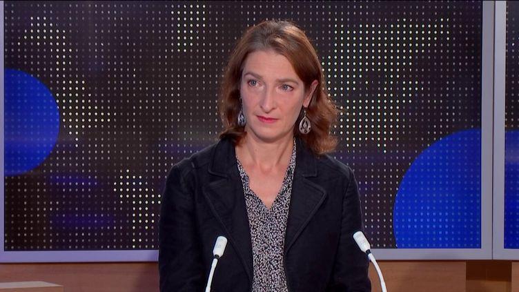 Catherine Nave-Bekhti, secrétaire générale Sgen-CFDT, était l'invitée du journal de 23 Heures de franceinfo, dimanche 18 octobre, pour réagir à l'assassinat de Samuel Paty, mort pour avoir enseigné la liberté d'expression. (FRANCEINFO)