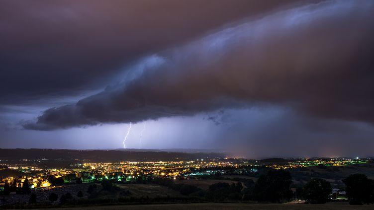 Un orage éclate à Aurillac (Cantal), le 1er décembre 2016. (XAVIER DELORME / BIOSPHOTO / AFP)