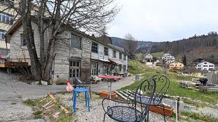 """Une des maison de la """"communauté autogérée"""" à Sainte-Croix, en Suisse, où Mia a été retrouvée avec sa mère. (FABRICE COFFRINI / AFP)"""