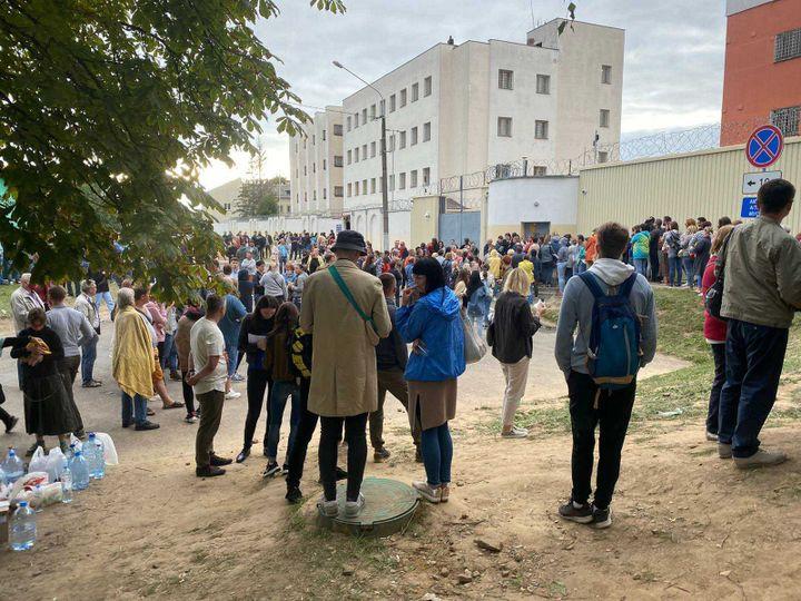 Desbénévoles et des proches de détenus devant le centre de détention d'Okrestina, à Minsk (Biélorussie). (JULIA P. / FRANCEINFO)