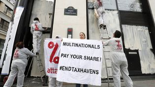 Des militants de l'association ATTAC manifestent contre l'évasion fiscale et demandent aux multinationales de payer leur impôts, à Paris, le 1 avril 2017. (FRANCOIS GUILLOT / AFP)
