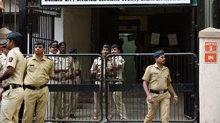 Des policiers surveillent l'entrée du tribunal de Bombay (Inde), le 8 février 2016. (PUNIT PARANJPE / AFP)