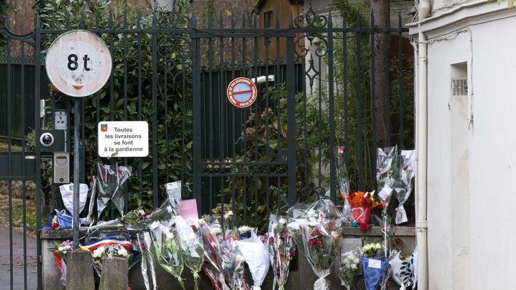 Des fleurs déposées par des fans devant la grille qui mène au domicile de Johnny Hallyday, à Marnes-la-Coquette (Hauts-de-Seine). (MICHEL EULER / AP / SIPA)