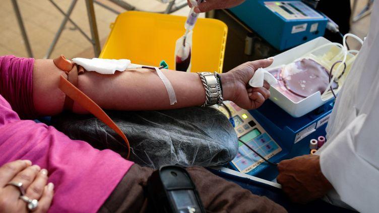 Une femme donne son sang, à Marseille (Bouches-du-Rhône). (MAXPPP)