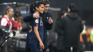 Corinne Diacre et Kenza Dali lors du match de qualification au championnat d'Europe face à l'Autriche, le 27 novembre 2020, à Guingamp. (PHILIPPE RENAULT / MAXPPP)