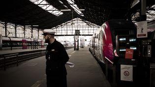 Un employé de la SNCF à la gare Saint-Lazare, à Paris, le 9 avril 2018. (PHILIPPE LOPEZ / AFP)