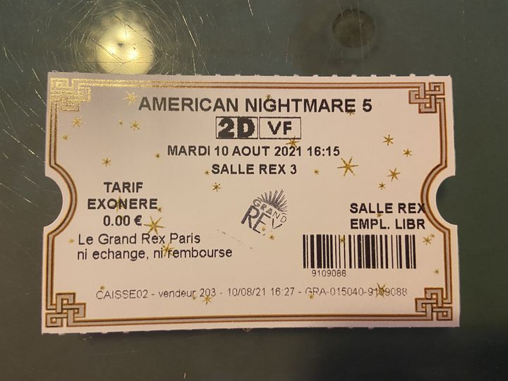 Un ticket de cinéma tamponné une fois la vérification du pass sanitaire effectuée, au Grand Rex, à Paris, le 10 août 2021. (RACHEL RODRIGUES / FRANCEINFO)