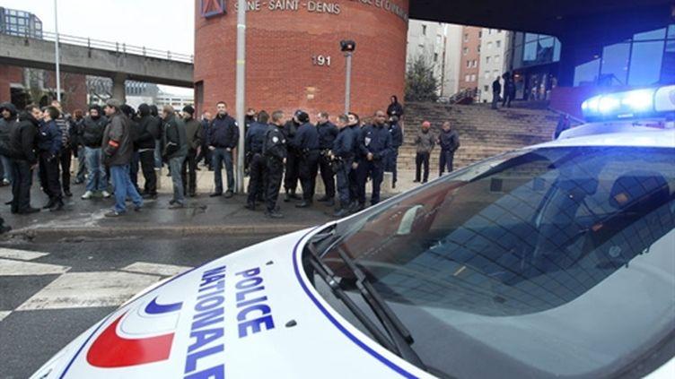 Des policiers manifestent contre la condamnation à la prison de 7 policiers devant le tribunal de Bobigny, le 10/12/10. (AFP - Pierre Verdy)
