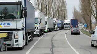 """Des camions bloqués pendant une manifestation des """"gilets jaunes"""" dans le Haut-Rhin, le 19 novembre 2018. (THIERRY GACHON / MAXPPP)"""