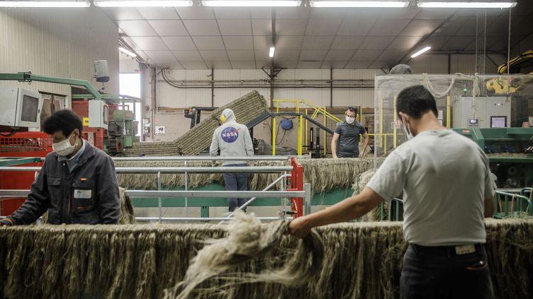 Des employés dans une usine de lin, à Villons-les-Buissons (Calvados), le 15 juillet 2020. (SAMEER AL-DOUMY / AFP)