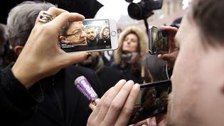 Jean-Luc Mélenchon, candidat à l'élection présidentielle, en direct sur l'application Periscope, le 11 janvier 2017, à Paris. (NICOLAS TAVERNIER / REA)