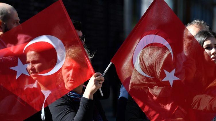 Porte de Brandebourg, des Turcs attendent la visite d'Etat du président Erdogan à Berlin. (JOHN MACDOUGALL / AFP)