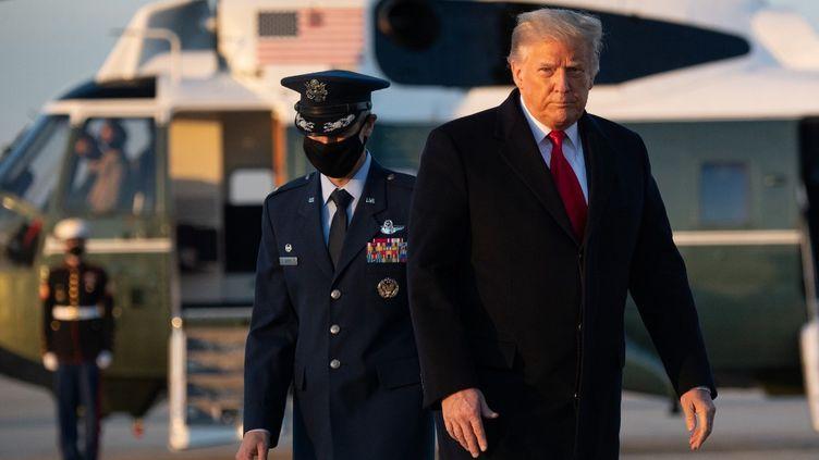 Le président américain Donald Trump monte à bord d'Air Force One qui l'attend àla base commune Andrews dans le Maryland, le 23 décembre 2020. (SAUL LOEB / AFP)