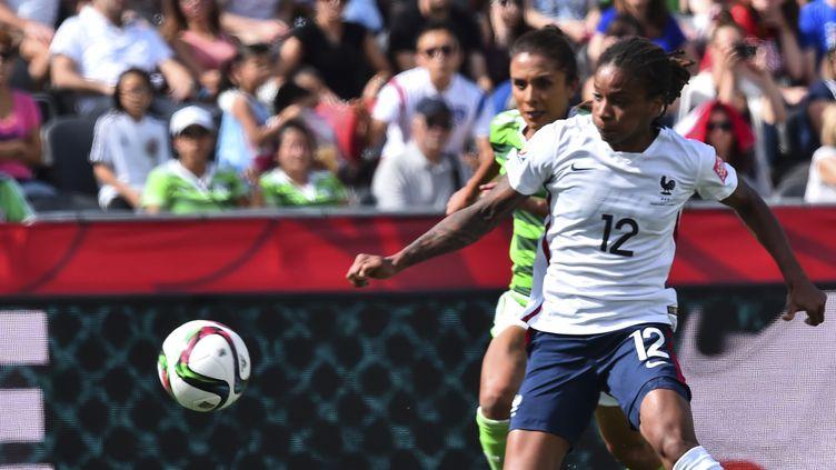 Elodie Thomis (Olympique Lyonnais), 28 ans, 119 sélections. Titularisée lors des deux victoires des Bleues dans ce Mondial, son activité sur l'aile droite a transformé le jeu des Bleues face au Mexique.  (NICHOLAS KAMM / AFP)