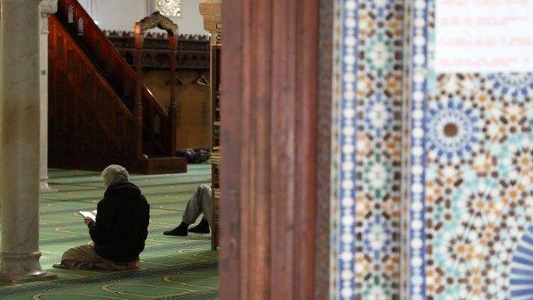 Un fidèle musulman faisant sa prière dans la grande mosquée de Paris (LUDOVIC MARIN / AFP)