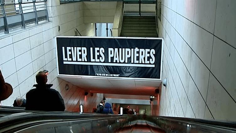 Le street artist Sean Hart a collé ses phrases médidatives dans le métro de Lyon  (France 3 / Culturebox)