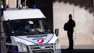 Un policier devant l'entrée du Louvre, à Paris, le 3 février 2017. (JULIEN MATTIA / AFP)