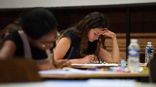 Une lycéenne planche sur son épreuve de philosophie, le 15 juin 2017 à Strasbourg (Bas-Rhin). (FREDERICK FLORIN / AFP)