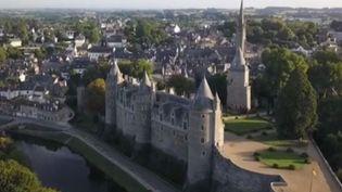 Cet été, laBretagnea étéla deuxième régionprivilégiéepar les Français pour leurs vacances. Avec son château en bordure de canal, la commune de Josselin ne fait pas exception. (FRANCE 3)