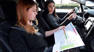 Une instructrice d'auto-école et son élève. (Photo d'illustration) (JEAN-FRANCOIS MONIER / AFP)