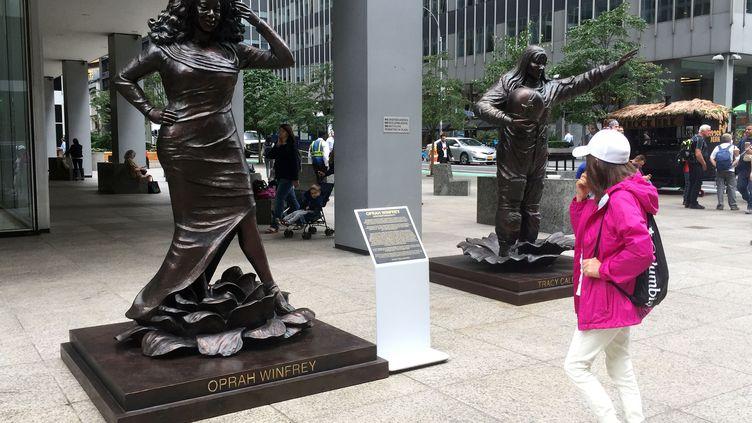 La statue de l'animatrice télévisée Oprah Winfrey et celle de l'astronaute Tracy Caldwell Dyson réalisées par les artistes australiens Marc et Gillie Schattner, le 27 août 2019 sur la sixième avenue de Manhattan à New York. (CATHERINE TRIOMPHE / AFP)