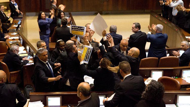 Des députés arabes israéliens poussés vers la sortie lors du discours de Mike Pence à la Knesset à Jérusalem (Israël), le 22 janvier 2018 (REUTERS)