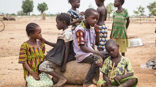 Des enfants devant une école servant de refuge aux personnes déplacées dans le nord du Burkina Faso, en juin 2019. (OLYMPIA DE MAISMONT / AFP)