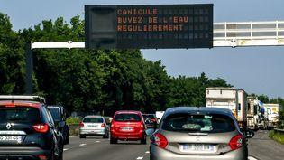 Message de service lié à la canicule, sur une autoroute près de Lille, le 26 juin 2019. (PHILIPPE HUGUEN / AFP)