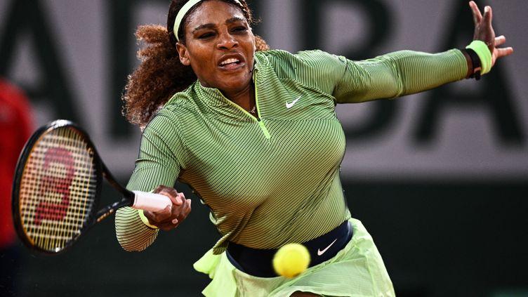 L'Américaine Serena Williams pour son premier tour face à la Roumaine Irina-Camelia Begu sur le court Philippe-Chatrier, le lundi 31 mai. (ANNE-CHRISTINE POUJOULAT / AFP)