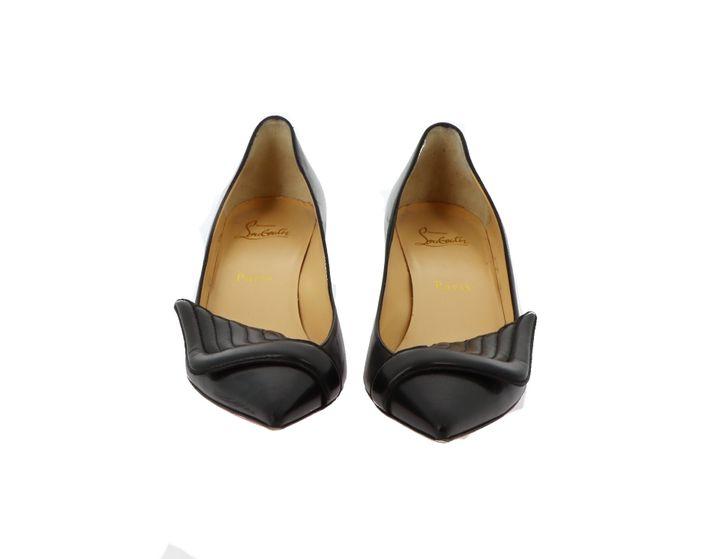 Vente online du 7 au 14 septembre de chaussures de l'actrice Catherine Deneuve : escarpins en cuir noir rehaussés d'ailes Louboutin (Artcurial)