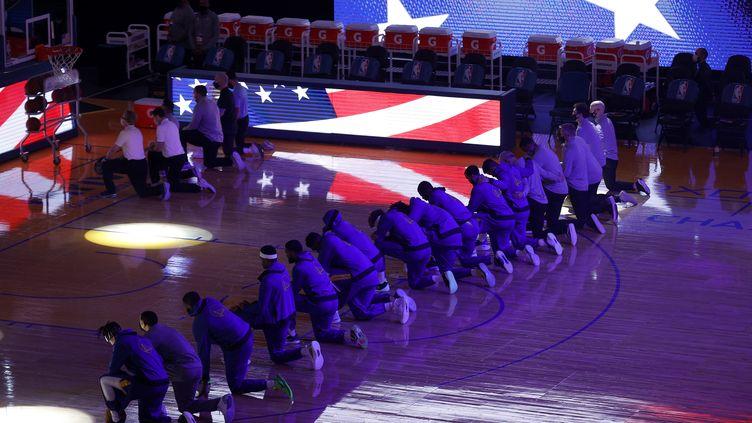 Les joueurs de l'équipe des Clippers s'agenouillent pendant l'hymne national, avant leur match NBA à San Francisco (Californie, Etats-Unis), le 6 janvier 2021, en réaction à la manifestation violente des partisans de Donald Trump à Washington. (EZRA SHAW / GETTY IMAGES NORTH AMERICA / AFP)