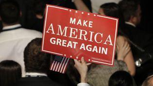 Une pancarte portant le slogan de campagne de Donald Trump, le 9 novembre 2016, à New York (Etats-Unis). (MIKE SEGAR / REUTERS)